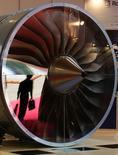 Rolls-Royce annonce une baisse de 32% de ses profits semestriels qui sont toutefois ressortis un peu au-dessus de ses propres prévisions après les trois avertissements sur ses résultats lancés par le groupe britannique de construction mécanique au cours des neuf derniers mois. /Photo d'archives/REUTERS/Kin Cheung