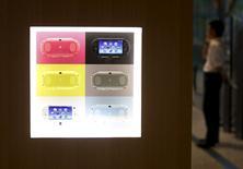 Un hombre habla por teléfono junto a una exposición de consolas de Sony en la sede de la empresa en Tokio, el 30 de julio de 2015. Sony Corp reportó el jueves un aumento de un 39 por ciento en sus ganancias trimestrales por las fuertes ventas de sensores para cámaras y videojuegos para la consola PlayStation 4, lo que superó las estimaciones de los analistas y ayudó a tranquilizar a los inversores de que una reciente oferta de acciones sería rentable. REUTERS/Yuya Shino