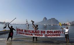 Moradores e atletas protestando contra a poluição na Baía de Guanabara, na praia de Botafogo, no Rio de Janeiro.   06/06/2015   REUTERS/Sergio Moraes