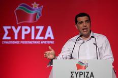El primer ministro griego, Alexis Tsipras, da un discurso durante un comité central del partido izquierdista Syriza, en Atenas, 30 de julio de 2015.  El partido oficialista griego Syriza apoyó el jueves la petición del primer ministro de realizar un congreso de emergencia con el que Alexis Tsipras quiere reforzar su control sobre la disidencia del grupo, que rechaza tener nuevas negociaciones sobre un rescate. REUTERS/Yiannis Kourtoglou