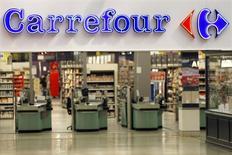 Carrefour, la segunda mayor cadena minorista del mundo, anunció el viernes una ganancia operativa mejor de lo previsto en el primer semestre, impulsada por una recuperación en Europa y unas sólidas operaciones brasileñas. En la imagen, el logo de Carrefour en la entrada del hipermercado Bercy de Charenton Le Pont, cerca de París, el 29 de agosto de 2013. REUTERS/Charles Platiau