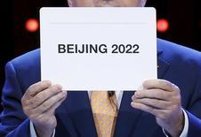 Президент МОК Томас Бах объявляет Пекин победителем в борьбе за право провести зимнюю Олимпиаду в 2022 году. Куала-Лумпур, 31 июля 2015 года. REUTERS/Edgar Su