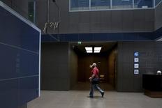 La Bourse d'Athènes rouvrira lundi après cinq semaines de fermeture mais avec des restrictions sur le trading de valeurs mobilières par les investisseurs locaux, a annoncé vendredi une porte-parole de la Bourse, peu après la publication d'un décret ministériel. /Photo prise le 29 juin 2015/REUTERS/Alkis Konstantinidis