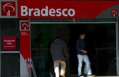 HSBC est proche d'un accord sur la vente de sa filiale brésilienne à Banco Bradesco, numéro deux de la banque privée au Brésil, pour près de 4 milliards de dollars, rapporte vendredi le Financial Times en citant des sources proches des négociations. /Photo prise le 18 juin 2015/REUTERS/Paulo Whitaker