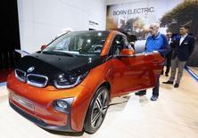 BMW pourrait élargir sa gamme de véhicules électriques, actuellement limitée aux modèles i3 (photo) et i8, déclare le président du directoire du constructeur allemand, Harald Krüger . /Photo prise le 5 mars 2015/REUTERS/Arnd Wiegmann