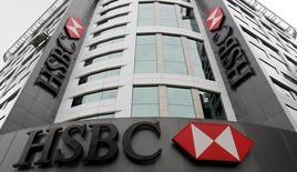 Офис HSBC в Стамбуле. 10 июня 2015 года. Прибыль HSBC Holdings в первом полугодии выросла сильнее прогнозов благодаря хорошим результатам в Гонконге, сообщил банк в понедельник. REUTERS/Murad Sezer