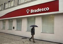 HSBC Holdings Plc dijo el lunes que venderá su filial brasileña a Banco Bradesco SA por 5.200 millones de dólares, saliendo desde la segunda mayor economía de mercado emergente después de años de evolución mediocre. En la imagen de archivo, un hombre pasa junto a una sucursal de Banco Bradesco en el centro de Río de Janeiro el 14 de agosto de 2014. REUTERS/Pilar Olivares
