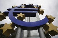 Estátua do símbolo do euro na ex-sede do Banco Central Europeu, em Frankfurt.  10/06/2010   REUTERS/Ralph Orlowski