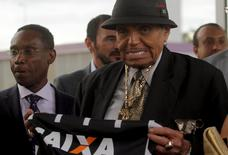 Joe Jackson, patriarch of the Jackson family of musical performers holds a Brazilian soccer club Corinthians jersey during a visit to Corinthians training center in Sao Paulo, Brazil, July 24, 2015. REUTERS/Antonio Araujo