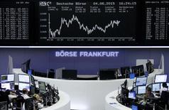Operadores trabajando en la Bolsa de Fráncfort, Alemania , 4 de agosto de 2015. Las acciones europeas cerraron en baja el martes lideradas por Credit Agricole y BMW, dos compañías que reportaron resultados, y por el sector energético, golpeado por la caída de los precios del petróleo. REUTERS/Staff/remote