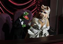 """Los personajes de los Muppet,  Miss Piggy y la rana René,  presentan un número del Cirque du Soleil en la entrega de los Oscar en Hollywood. 26 de febrero de 2012.  Miss Piggy y la rana René, una poderosa pareja de Hollywood,  anunciaron el martes su separación, estableciendo convenientemente una nueva dinámica para el próximo programa de televisión de """"Los Muppets"""". REUTERS/Gary Hershorn"""