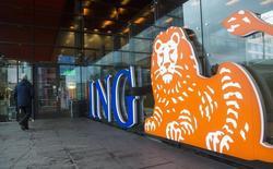 Мужчина у отделения ING Group NV в Амстердаме. 9 января 2014 года. Квартальная прибыль банковского подразделения ING, крупнейшей финансовой группы Нидерландов, выросла на 21 процент благодаря притоку клиентов и восстановлению европейской экономики. REUTERS/Toussaint Kluiters/United Photos