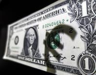 La sombra del logo del euro, vista en un billete de un dólar, en esta ilustración fotográfica tomada en Madrid, 10 de marzo de 2015. Los rendimientos de los bonos del Tesoro estadounidense subían el miércoles, sobre todo los de los títulos a más largo plazo, luego de que un dato de empleo más débil de lo esperado generó escepticismo sobre la posibilidad de que la Reserva Federal finalmente aumente las tasas de interés en septiembre. REUTERS/Sergio Perez