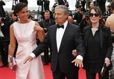 Ator Christian Clavier (centro) e sua companheira, Isabelle de Ajauros (esquerda), ao lado da atriz Chantal Lauby durante festival de cinema de Cannes, na França, no ano passado. 22/05/2014 REUTERS/Regis Duvignau