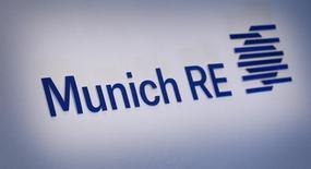 Le premier réassureur mondial attend un bénéfice net d'au moins 3,3 milliards d'euros cette année en dépit d'une forte concurrence tarifaire et d'un environnement économique incertain, alors qu'il projetait auparavant 2,5 à trois milliards après avoir dégagé un solde net positif de 3,15 milliards en 2014. Le bénéfice net du deuxième trimestre a été de 1,07 milliard d'euros, dépassant le consensus moyen de Reuters qui était 845 millions. /Photo prise le 11 mars 2015/REUTERS/Michaela Rehle   March 11, 2015. German reinsurer Munich Re will buy back up to 1 billion euros ($1.1 billion) of its own shares by late April 2016, bolstering efforts to return capital to shareholders that it cannot put to work in an insurance market where prices are under pressure.   REUTERS/Michaela Rehle (GERMANY  - Tags: BUSINESS)   - RTR4SWBF