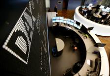 A l'exception de Francfort et Athènes, les principales Bourses européennes ont ouvert en baisse jeudi, au lendemain d'une nette hausse alimentée par les conclusions des enquêtes Markit suggérant une solide croissance du secteur privé. Une trentaine de minutes après le début des échanges, le CAC 40 cédait 0,13% et le FTSE reculait de 0,35% tandis que le Dax grappillait 0,13%. La Bourse d'Athènes était elle en hausse de 0,18% /Photo d'archives/REUTERS/Kai Pfaffenbach