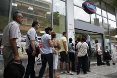 Dans la banlieue d'Athènes devant une agence OAED, l'équivalent de Pôle-Emploi. Le taux de chômage grec est revenu à 25% en mai, contre 25,6% le mois précédent. /Photo d'archives/REUTERS/Yorgos Karahalis