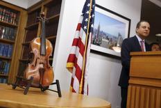 O violino Ames Stradivarius é exibido durante entrevista coletiva em Nova York, nos Estados Unidos, nesta quinta-feira. 06/08/2015 REUTERS/Shannon Stapleton