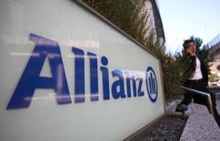 El logo de Allianz, fotografiado en Tokio, 19 de octubre de 2012.  La mayor aseguradora de Europa, Allianz dijo que reportaría este año una utilidad operativa en la parte superior de su rango meta, luego de que unas bajas reclamaciones por daños y las ganancias por la venta de activos ayudaron a compensar el dolor persistente de las salidas de inversores de su gestora de activos Pimco. REUTERS/Yuriko Nakao