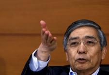 El gobernador del Banco de Japón, Huruhiko Kuroda, durante una conferencia de prensa en la sede del organismo, en Tokio, 7 de agosto de 2015. El gobernador del Banco de Japón, Haruhiko Kuroda, advirtió el viernes que el momento para alcanzar su ambiciosa meta de inflación de 2 por ciento podría demorarse un poco más si persisten las caídas de los valores del crudo. REUTERS/Yuya Shino