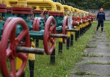 Рабочий на Дашавском подземном газовом хранилище близ города Стрый 28 мая 2015 года. Украина, отказавшаяся от закупок газа в России, рассчитывает в конце августа возобновить переговоры о цене и условиях импорта российского топлива и прогнозирует, что в ближайшие кварталы газовый импорт будет обходиться примерно по $250 за 1.000 кубометров, сказал украинский министр энергетики. REUTERS/Gleb Garanich