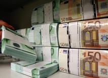 Les banques européennes ont profité du premier semestre 2015 pour renforcer leurs fonds propres afin de se protéger de demandes imprévues de la part des régulateurs et d'offrir à leurs actionnaires la promesse de meilleurs dividendes. /Photo d'archives/REUTERS/Heinz-Peter Bader