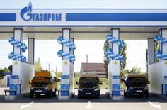 Una gasolinera de Gazprom operando en Stavropol, Rusia, oct 9 2013. La recesión en Rusia se profundizó en el segundo trimestre por el impacto de los bajos precios del petróleo y las sanciones que los países occidentales han impuesto a Moscú por su participación en la crisis de Ucrania, según cifras preliminares publicadas el lunes.  REUTERS/Eduard Korniyenko