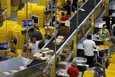 Imagen de archivo de unos trabajadores en una bodega de Amazon en Tracy, EEUU, ago 3 2015. La productividad no agrícola de Estados Unidos repuntó en el segundo trimestre, pero una debilitada tendencia subyacente sugirió que la inflación podría acelerarse más rápido que lo previsto por economistas.   REUTERS/Robert Galbraith