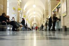 Bureau de poste à Rome. Le Trésor italien a annoncé la privatisation de 40% du capital de la Poste italienne dans le cadre d'une introduction en Bourse dont la procédure débutera mi-octobre. L'Etat italien espère récupérer jusqu'à 4 milliards d'euros de cette privatisation partielle de Poste Italiane, destinée au redressement des comptes publics du pays. /Photo d'archives/REUTERS/Dario Pignatelli