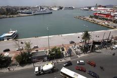 Вид на порт города Пирей в Греции 25 мая 2011 года. Греция в скором времени должна приватизировать порты, региональные аэропорты и оператора электросетей, свидетельствует протокол о намерениях, заключенный между Афинами и группой международных кредиторов. REUTERS/Yiorgos Karahalis