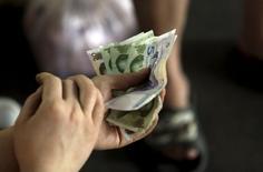 La production industrielle, les investissements et les ventes au détail ont progressé moins que prévu en juillet en Chine, ce qui devrait inciter les autorités chinoises à mettre en oeuvre de nouvelle mesures de soutien pour éviter que le ralentissement s'accentue, alors que la dévaluation surprise du yuan annoncée mardi continue de perturber les marchés. /Photo prise le 12 août 2015/REUTERS/Jason Lee
