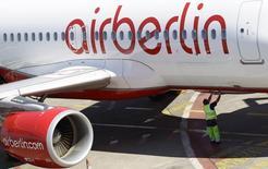 Air Berlin fait état d'une aggravation de sa perte au deuxième trimestre, la vigueur du dollar et des contrats de couverture du kérosène ayant plus qu'effacé l'effet positif de la baisse des prix du carburant. Sur la période avril-juin, la perte opérationnelle d'Air Berlin s'est établie à 15,9 millions d'euros contre -6,9 millions il y a un an. Le chiffre d'affaires est revenu à 1,07 milliard contre 1,15 milliard au deuxième trimestre 2014. /Photo d'archives/REUTERS/Tobias Schwarz