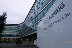 Nestlé a publié jeudi un chiffre d'affaires semestriel un peu en deçà du consensus, affecté par le rappel de nouilles Maggi en Inde, mais a confirmé son objectif d'une croissance organique de l'ordre de 5% cette année.  /Photo prise le 19 février 2015/REUTERS/Denis Balibouse