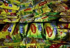 Упаковки лапши Maggi в магазине в Мумбаи. 3 июня 2015 года. Продажи Nestle за первое полугодие оказались чуть хуже ожиданий: на выручке компании отрицательно сказался отзыв лапши под брендом Maggi с индийского рынка в связи с запретом местных властей. REUTERS/Danish Siddiqui