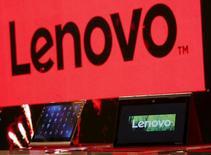 Ультрабук и планшет Lenovo, выставленные на пресс-конференции в Гонконге. 21 мая 2015 года. Китайская Lenovo Group Ltd объявила в четверг о грядущем увольнении 10 процентов офисных сотрудников на фоне падения продаж трубок Motorola на треть, которое ставит под сомнение решение компании сделать ставку на убыточный бренд, купленный почти за $3 миллиарда в надежде стать глобальным лидером на рынке мобильных телефонов. REUTERS/Bobby Yip