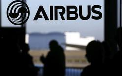 Airbus Group grimpe de 3,3% à la mi-séance à la Bourse de Paris (le CAC 40 progresse de 1,83% à 5015,68 points à 12h40), bénéficiant d'un reflux de l'euro face au billet vert (1,1112 dollar à 12h50). /Photo d'archives/REUTERS/Régis Duvignau