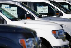 Camionetas Ford F150 a la venta en Carlsbad, California, 5 de noviembre de 2014. Las ventas minoristas de Estados Unidos repuntaron en julio debido a que las familias aumentaron sus compras de automóviles y de una serie de otros bienes, lo que apunta a un sólido impulso de la economía a inicios del tercer trimestre. REUTERS/Mike Blake