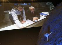 Paolo Ferri, jefe de la Misión Rosetta, reacciona luego del exitoso aterrizaje de la sonda Philae en el cometa 67P/Churyumov-Gerasimenko, en Darmstadt, 12 de noviembre de 2014. Científicos europeos modificaron sus planes para la sonda Philae y se enfocaban ahora en obtener imágenes y muestras del cometa si las comunicaciones se restablecen. REUTERS/Ralph Orlowski