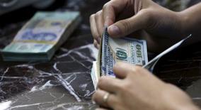 Funcionário conta notas de dólar norte-americano em banco de Hanói, no Vietnã, nesta semana. 12/08/2015 REUTERS/Kham