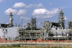 Перерабатывающий комплекс месторождения Карачаганак на северо-западе Казахстана. 1 августа 2003 года. Консорциум во главе с BG и Eni, разрабатывающий одно из крупнейших в мире нефтегазоконденсатных месторождений Карачаганак (КПО), в первой половине 2015 года незначительно снизил добычу жидких углеводородов - до 70,8 миллиона баррелей по сравнению с 70,9 миллиона баррелей за аналогичный период прошлого года, сообщила компания. REUTERS/Shamil Zhumatov