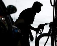 Una persona cargando combustible en una gasolinera en Miami, abr 23 2008. El Gobierno del presidente Barack Obama permitirá ventas limitadas de petróleo estadounidense a México por primera vez, dijo un alto funcionario a Reuters, en un avance en el relajamiento de una prohibición a la exportación de combustibles en la mayor economía del mundo.  REUTERS/Carlos Barria