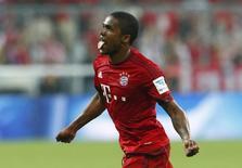 Douglas Costa, do Bayern de Munique, comemora gol marcado contra o Hamburgo pelo Campeonato Alemão. 14/08/2015 REUTERS/Michaela Rehle