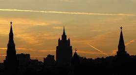 Вид на башни Кремля и одну из сталинских высоток в Москве 18 октября 2011 года. Начало рабочей недели обещает Москве прохладную облачную погоду, но затем в российской столице распогодится, свидетельствует усредненный прогноз, составленный на основании данных Гидрометцентра России, сайтов intellicast.com и gismeteo.ru. REUTERS/Anton Golubev