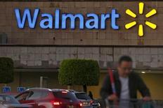 Un comprador empuja un carro afuera de una tienda Wal-Mart, en Ciudad de México, 24 de marzo de 2015. Wal-Mart Stores reportó el martes ganancias trimestrales más débiles de lo esperado y redujo su pronóstico para el todo el año, un anuncio que causaba una caída de sus acciones de hasta 2,6 por ciento en las operaciones previas a la apertura del mercado en Estados Unidos. REUTERS/Edgard Garrido