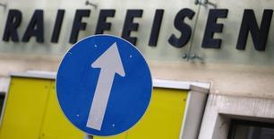 L'action Raiffeisen Bank gagne plus de 7,5% mercredi matin à la Bourse de Vienne, sa plus forte hausse depuis six mois, après l'annonce d'un bénéfice trimestriel nettement supérieur aux attentes et d'une amélioration de sa solvabilité. /Photo prise le 3 février 2015/REUTERS/Heinz-Peter Bader