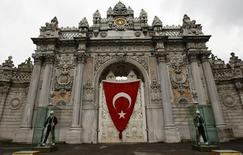 Караул у дворца Долмабахче в Стамбуле 23 апреля 2009 года. У входа в стамбульский дворец Долмабахче, популярное у туристов здание времен Османской империи, была слышна стрельба, сообщило информационное агентство Dogan. REUTERS/Murad Sezer