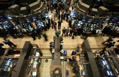 Les marchés américains ont ouvert mercredi dans le rouge sur fond d'inquiétudes persistantes sur le ralentissement de l'économie chinoise. Une dizaine de minutes après le début des échanges, le Dow Jones perd 0,76%, à 17.379,12 points. Le Standard & Poor's 500, recule de 0,64% et le Nasdaq cède 0,63%. /Photo d'archives/REUTERS/Brendan McDermid