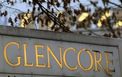 Логотип Glencore у центрального офиса компании в Швейцарии. 20 ноября 2012 года. Сырьевой трейдер и горнорудный гигант Glencore в среду снизил прогноз прибыли своего торгового подразделения, которое, как надеялась компания, должно было помочь ей пережить период низких цен на сырьевые товары. REUTERS/Arnd Wiegmann