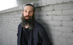Hasidic Jewish reggae musician Matthew Paul Miller, better known by his Hebrew name Matisyahu, poses for a portrait in Los Angeles June 16, 2009. REUTERS/Mario Anzuoni