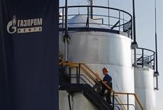 Рабочий НПЗ Газпромнефти поднимается по лестнице. Москва, 20 сентября 2012 года. Нефтяное подразделение Газпрома - компания Газпромнефть - ждет резкого ускорения темпа добычи углеводородов в 2015 году, несмотря на низкие цены на сырье на мировом рынке, сказал в интервью Рейтер замглавы Газпромнефти по добыче Вадим Яковлев. REUTERS/Maxim Shemetov